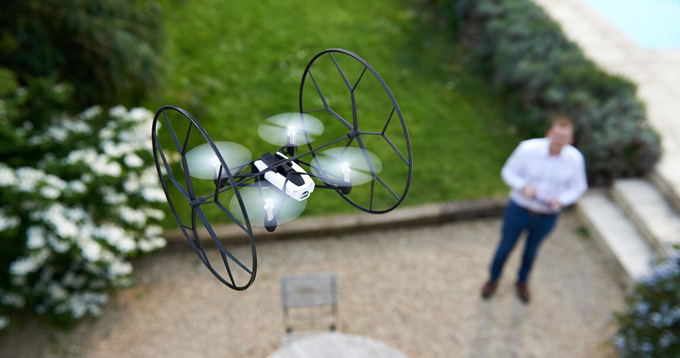 Parrot-Rolling-Spider-minidrone-in-flight